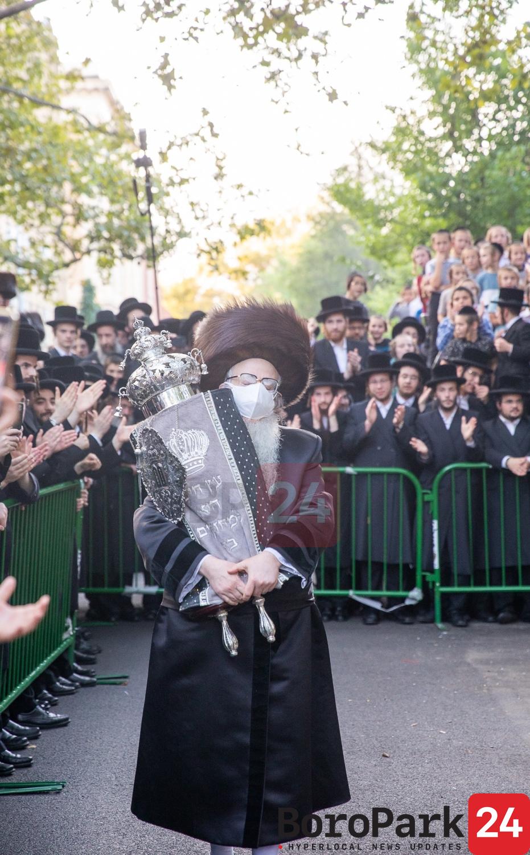 Hachnusas Seifer Torah to the Sanz Klausenberg Shul in Boro Park