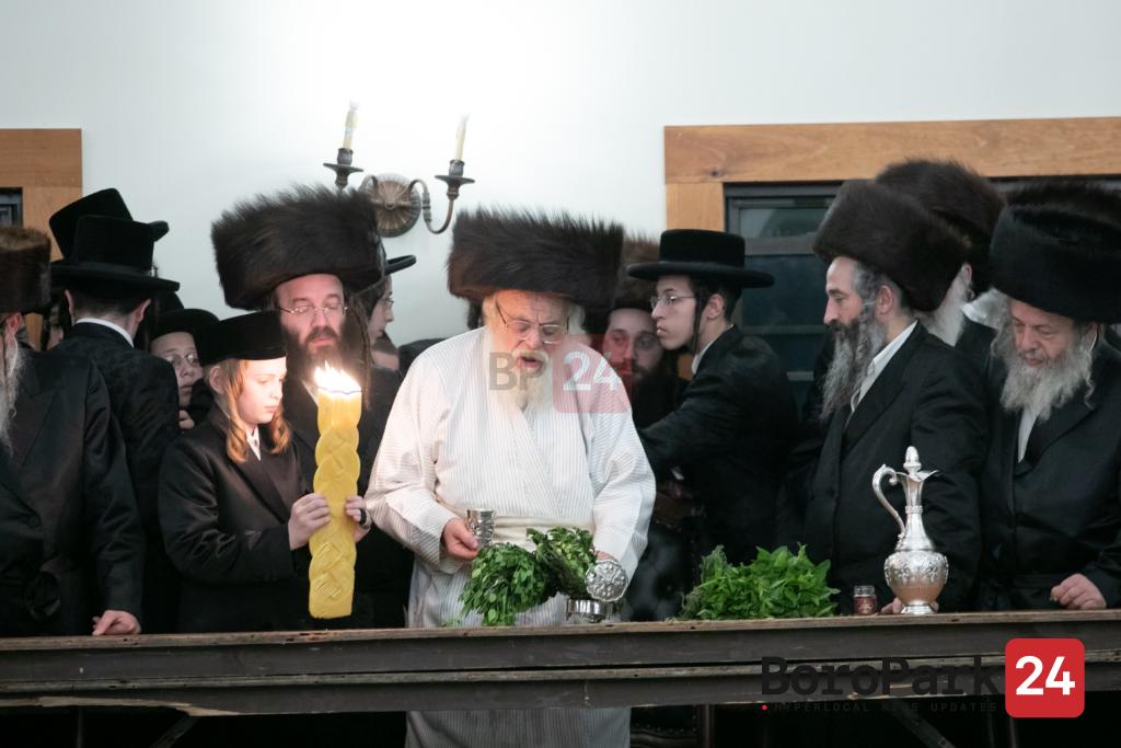 Toldos Ahron Rebbe Motzei Shabbos in the Chalet Hotel in Woodbourne