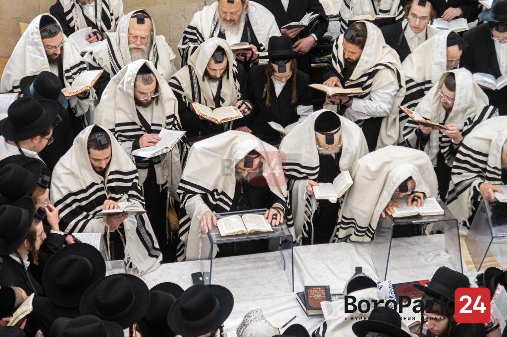 Rebbes and Rabbunim at Haturas Nedurim Erev Rosh Hashanah