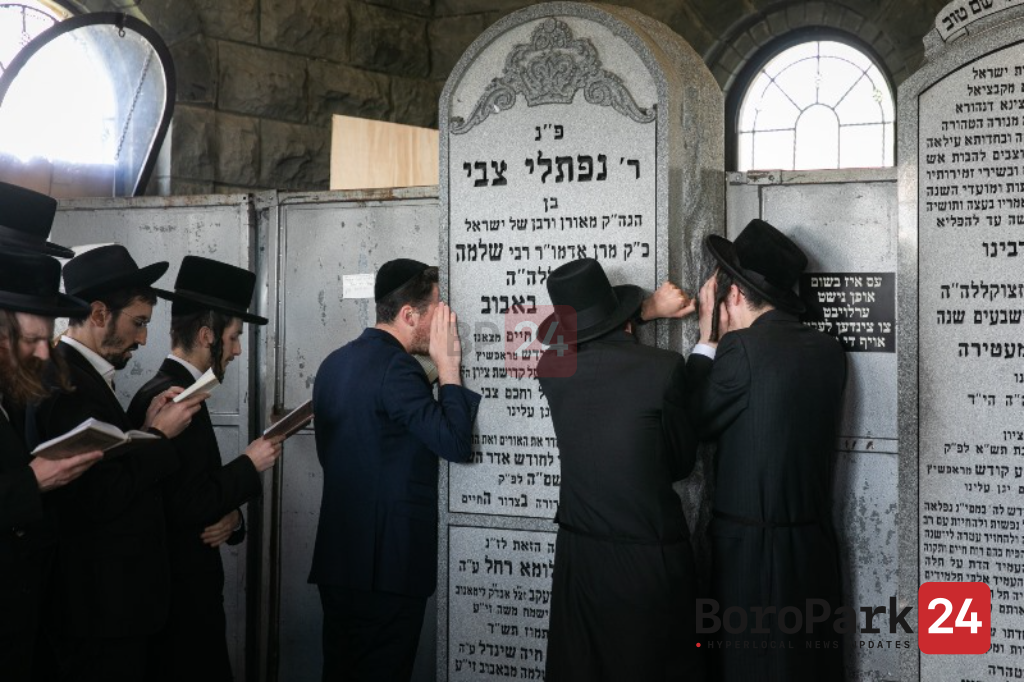 """1000's at Kever of the Bobover Rov Zy""""u on Lag Baomer"""