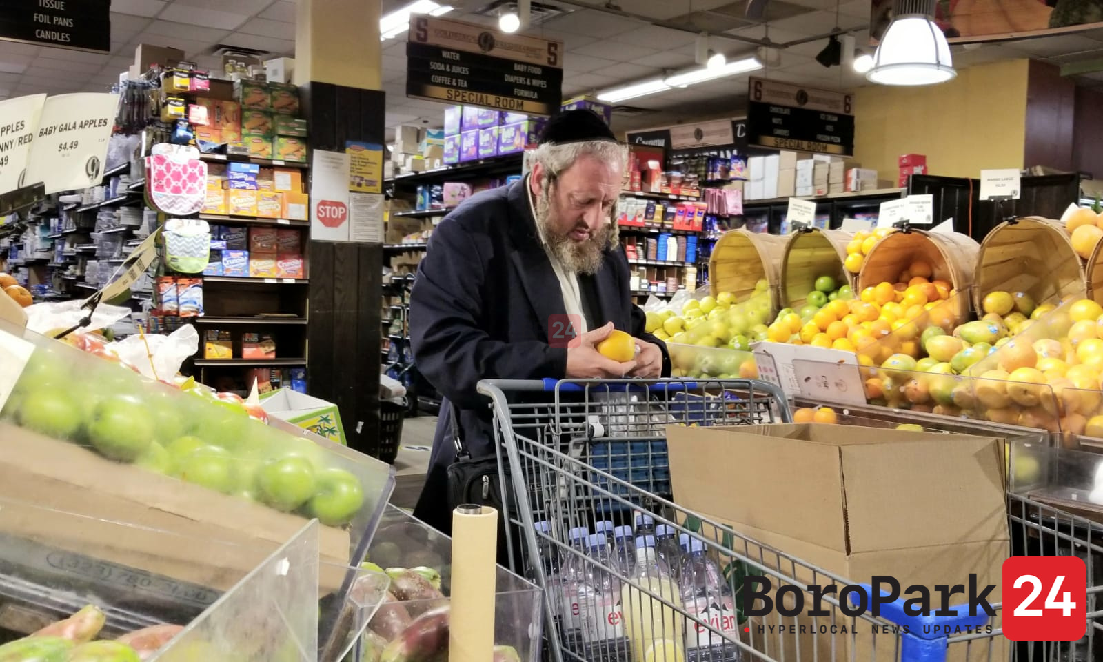 People purchasing Last Minute shopping for Rosh Hashanah