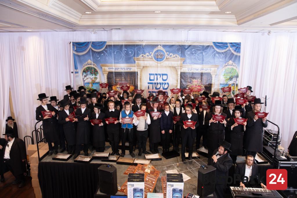Beautiful Siyum for children Participating in the Kinyan Mishnah Program
