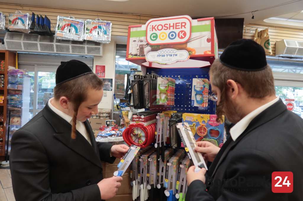 """Yidden preparing for Rosh Hashanah by purchasing the """"Kosher Cook"""" quality knives and the all new Elegant Shabbos knives"""