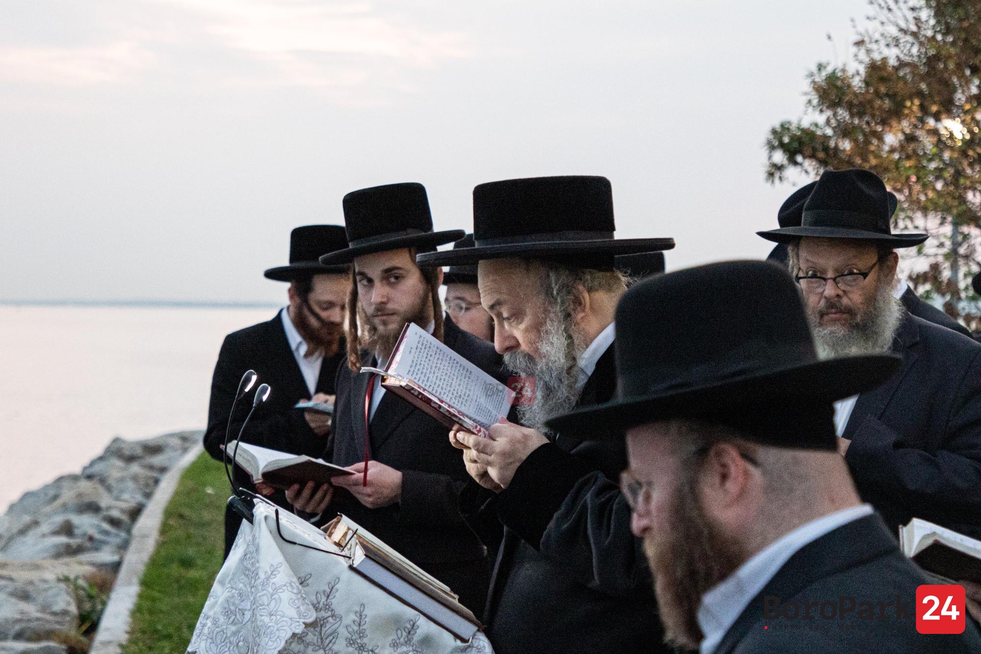 Rebbes and rabbanim at the recital of Tashlich in Boro Park